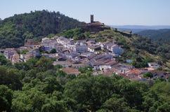 Överblick av den Almonaster byn royaltyfri fotografi