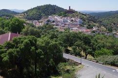 Överblick av den Almonaster byn arkivbilder