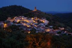Överblick av den Almonaster byn royaltyfri bild