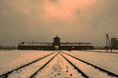 Överblick av den Birkenau koncentrationsläger och stänger i dimman och Arkivfoton
