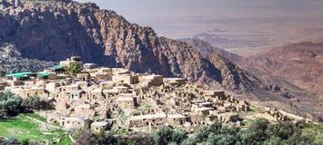 Överblick av den Dana byn på kanten av Dana Nature Reserve i Jordanien, med Wadi Araba och öknen av Israel i royaltyfri bild
