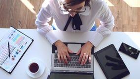 Överblick av den moderna affärskvinnan, analytiker, revisor som arbetar med dokument, nytt affärsprojekt som förbi sitter lager videofilmer