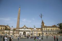 Överblick av den Piazza de Popolo fyrkanten med folk på en solig dag i Rome royaltyfri foto