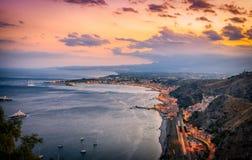 Överblick av den Taormina kustlinjen på skymning Arkivbild