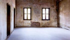 Överblick av det tomma rummet med gamla fönster och dörrar arkivbild