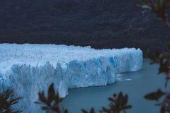 Överblick av en stor glaciär i Argentina arkivbilder