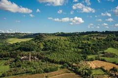 Överblick av gröna kullar, vingårdar, skogar och det stod högt fästet i en solig dag Framme av den Orvieto staden Royaltyfria Bilder