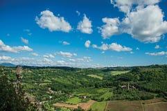 Överblick av gröna kullar, vingårdar, skogar och det stod högt fästet nära Orvieto Royaltyfria Bilder