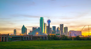 Överblick av i stadens centrum Dallas arkivbild