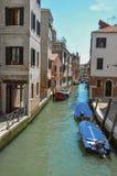 Överblick av kanalen med fartyg och byggnader på banken, på Venedig Royaltyfria Bilder