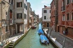 Överblick av kanalen med fartyg och byggnader på banken, på Venedig Royaltyfri Bild