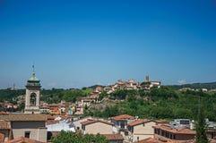 Överblick av klockatornet och byggnader överst av kullen i Montelupo Fiorentino royaltyfria foton