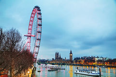 Överblick av London med Elizabeth Tower och cocaen - cola Lo Arkivfoto
