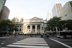 Överblick av offentliga biblioteket av New York och frenesin som omger det Royaltyfri Fotografi