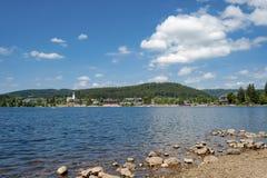 Överblick av sjön Titisee arkivbilder