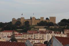 Överblick av St George Castle på bergstoppet av Lissabon Fotografering för Bildbyråer