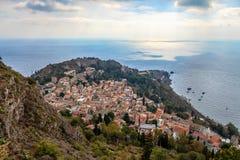 Överblick av staden av Taormina och medelhavet Royaltyfria Bilder