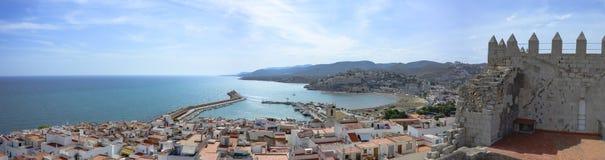 Överblick av staden av Peñiscola, från Papa Luna Castle Royaltyfria Foton