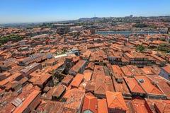 Överblick av tak och den Douro floden i Porto Royaltyfri Foto