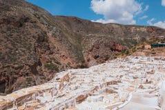 Överblick av terrasserade salta handfat Moray Peru royaltyfri fotografi
