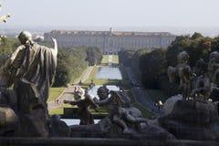 Överblick för trädgård för Caserta slottkunglig person Arkivfoto