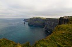 Överblick på sammanlagt område på klippan av Moher, Irland Arkivfoton
