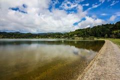 Överblick sjön, blå himmel, moln, träd Jose gör Canto Forest Garden, Furnas, Sao Miguel, Azores Portugal arkivfoton