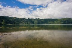 Överblick sjön, blå himmel, moln, träd Jose gör Canto Forest Garden, Furnas, Sao Miguel, Azores Portugal arkivbild