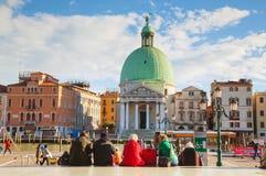 Överblick Venedig, Italien med turister nära drevstationen Arkivfoto