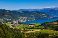 Överblickbild av Øystese en naturlig pärla i Kvam, Hordaland royaltyfri fotografi