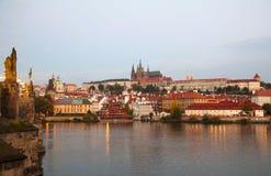 Överblicken av gammala Prague från Charles överbryggar Royaltyfri Bild