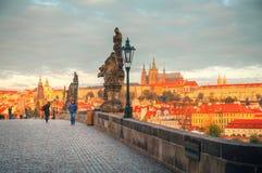 Överblicken av gammala Prague från Charles överbryggar Arkivfoton