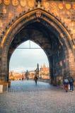 Överblicken av gammala Prague från Charles överbryggar sidan Arkivbild
