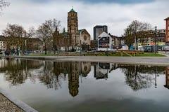 Överblicken av kyrkan och affären i parkerar royaltyfri bild