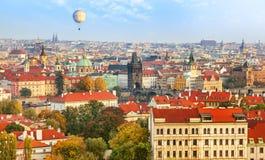 Överblicksikt av Prague Den gamla staden och den Charles bron Arkivbild