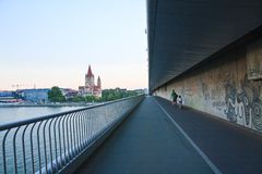 Överbrygga över Danuben Kyrka av St Francis av Assisi vienna Royaltyfria Foton
