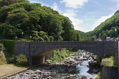 Överbrygga över den Lyn floden på Lynmouth Devon Arkivfoto