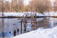 Överbrygga över den små floden Royaltyfri Foto