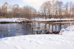 Överbrygga över den små floden Arkivfoton