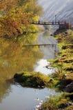 Överbrygga över den små floden Arkivbilder