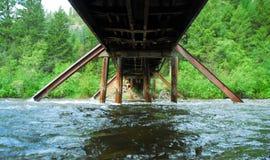 Överbrygga över en flod Arkivbild