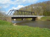 Överbrygga över en flod Arkivfoto