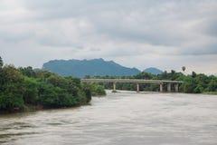 Överbrygga över floden royaltyfria foton