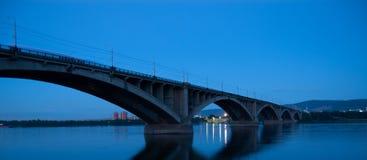 Överbrygga över floden arkivbild