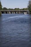 Överbrygga över floden Fotografering för Bildbyråer