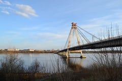 Överbrygga över floden Arkivbilder