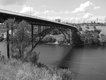 Överbrygga över floden Arkivfoton