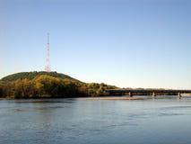 Överbrygga över floden Royaltyfri Bild