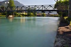 Överbrygga över floden Royaltyfria Bilder