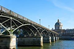 Överbrygga över floden i Paris. Royaltyfria Foton